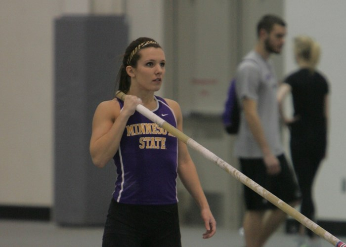Lauren Stelten preparing to pole vault